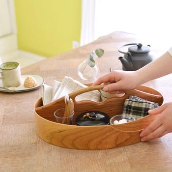 シェーカーボックスにはこちらのように、持ち手の付いたトレー型の「キャリア―」もあります。実用性はもちろんのこと、見た目もおしゃれな雰囲気なので、そのままテーブルに出しても素敵です。