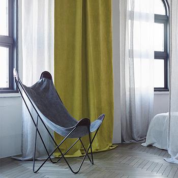 """明るく元気な印象の黄色は、見ているだけで気持ちが晴れやかになりますよね。リビングをパッと明るくしたい方におすすめ。主張が強い色ではあるので、他の家具は落ち着いた色味にするなど、バランスを見て選ぶのが大切です。  ≪風水≫ まさにイメージ通りですが、""""金運UP""""には黄色が最適。西側の窓に設置すれば特に効果があるそうですよ。また、幸せを呼ぶ色としても親しまれています。"""