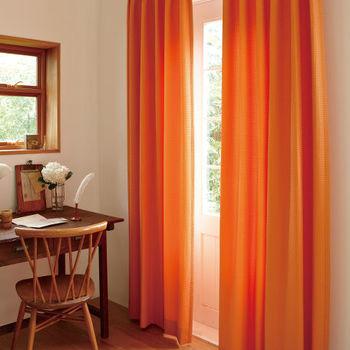 """オレンジも暖色の中でもかなり印象が強い色。カーテンを通して温かな光をお部屋いっぱいに広げてくれて、冬にぜひ取り入れたいカラーです。リビングのアクセントにいかがでしょうか。  ≪風水≫ オレンジは""""人間関係""""を良好にする効果があります。また、""""人気運""""や""""子宝運""""など、様々な嬉しい効果がある非常に強いパワーを持ったカラーです。"""