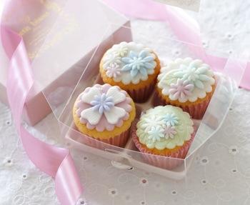 可憐なお花のカップケーキは、スポンジケーキのようなしっとりとした食感で優しい味わい。ケーキに施されたアイシングがかわいいですね。