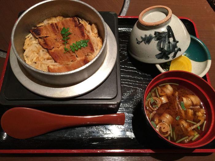 ぜひ味わっていただきたい穴子の釜飯は、こちら。 ふっくらとした穴子を口に入れた瞬間、ほろっと身がほどけて、まるでとろけるよう。旅で疲れたお腹にも心にも優しい一品です。赤だしのお吸い物との相性抜群ですよ。  宮島特産の穴子は柔らかくて脂がのっていて、しゃぶしゃぶ、天ぷら、お刺身でいただいても◎ はずせない広島グルメです*