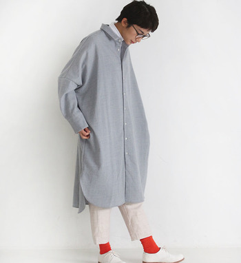 シャツワンピースのボタンを留めて、パンツをレイヤードしたスタイリングです。グレート白の定番カラーの組み合わせに、赤の靴下でワンアクセントをプラスしています。