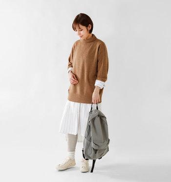 ノーカラーのシャツワンピースは、タートルネックのインナーに合わせても◎ 無地のニットにストライプ柄のシャツワンピースで、ナチュラルなレイヤードスタイルが楽しめます。