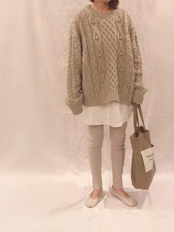 ちょっぴり短め丈のシャツワンピースは、ベージュのニットとレギンスを合わせて、ワントーン風の着こなしに。裾から覗くシャツがワンポイントになり、トレンド感たっぷりなコーディネートに仕上がります。