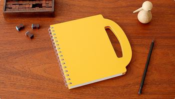 90%以上の古紙を再利用して作られた、環境にも優しいノートです。ハンドル付きのデザインがユニーク。