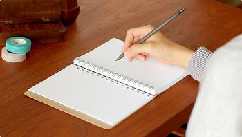 おうちでゆっくり日記を書いたり、アイディアを出すために考えをまとめたり。そんな時に活躍してくれるノートやメモ帳。毎日書くことを習慣にするには、できればいつも側に置いておきたくなるような素敵なデザインのものが欲しいところ。