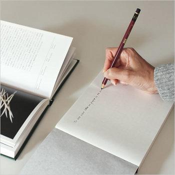 まるで日めくりカレンダーのような、質感と手触りが魅力的なノートです。罫線などがない薄い透紙で作られているので、方眼の下敷きを下に置くとまっすぐに書くことができます。真っ白なノートなので、アイディア出しにも大活躍♪
