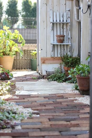 家の裏側のデッドスペースの細道を、上手に北欧ガーデン風にアレンジしています。