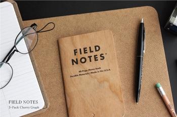 薄くスライスしたチェリー材を表紙に採用し、本格的な木目のデザインを演出したミニノート。天然の木を使っているので、一冊ずつがオリジナルデザインになっているのが特徴です。中は薄めの方眼になっていて、スケッチなどちょっとしたことを書き留めるのにぴったり。