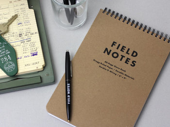 ノートやメモ帳に自分の想いや頭の中を書き留めることで、考えがまとまって、モヤモヤした気持ちもスッキリするかも。  ぜひお気に入りのノートをゲットして、毎日の習慣にノートタイムを加えてみてください♪