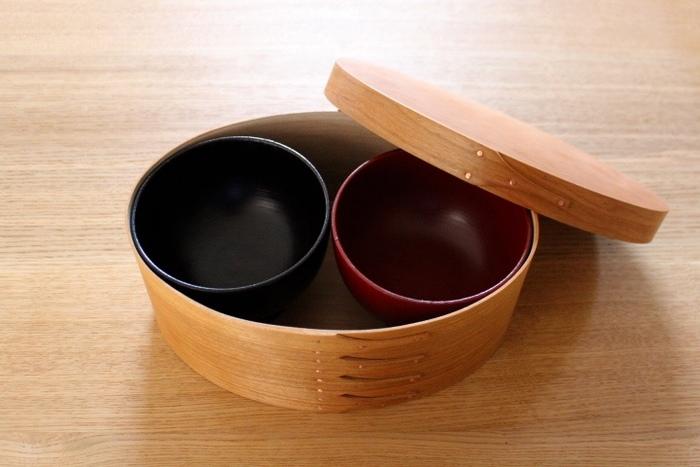 シンプルな楕円形のシェーカーボックスは、器や調理道具の収納BOXとしても活躍してくれます。シェーカーボックスはもともとアメリカで誕生したものですが、こんなふうに和食器と合わせると、とってもおしゃれな雰囲気になりますね。