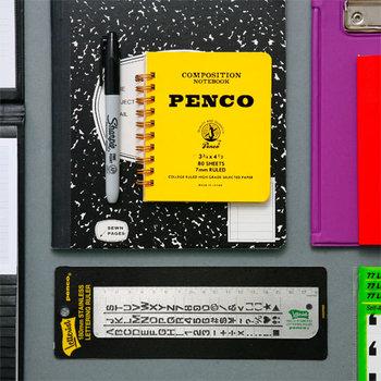 アメリカのカレッジノートを思わせるデザインが、印象的なミニノートです。イエローやピンクなど、カラフルな色が揃っているのもポイント。持ち歩きやすいミニサイズで、胸ポケットにも収まります。