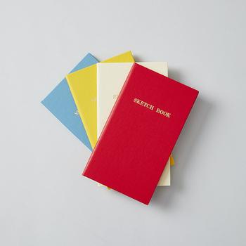 カラフルでコンパクトな、3ミリ方眼のミニノート。ハード表紙を採用しているので、立ったままでもメモできるのが嬉しいポイントです。ちょっとしたメモとしてだけでなく、読書ログや旅行の思い出ノートなど、用途に合わせて一冊使い切れる気軽さが魅力ですね。
