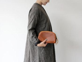 どうしてもバッグの中がごちゃついてしまうという方は、ぜひ素敵なポーチを使った小分け収納を取り入れてみてください。おしゃれなポーチは見るだけで気分が上がるうえに、スッキリとしたバッグを実現できますよ♪