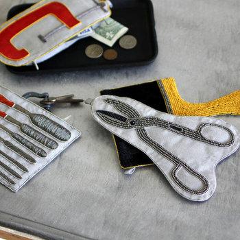 はさみや彫刻刀など、クラフトツールをモチーフにしたユニークなポーチです。ペンケースにしたり、薬を入れたり、バッグに入っているだけで、なんだかワクワクしてくるデザインになっています。