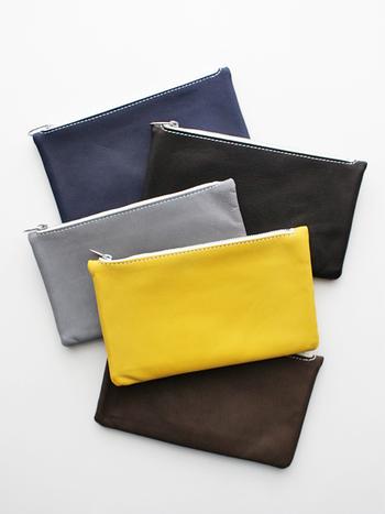集金袋をイメージして作られたこちらのポーチは、仕切り付きで収納しやすいシンプルなアイテムです。小物を小分けに収納するのはもちろん、カードや小銭を入れてお財布としても活用できます。