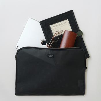タブレットなども入る、大きめのサイズ感が魅力的なメッシュ素材のポーチです。ノートや筆記具など、1つにまとめておけばバッグの中がごちゃつくこともありません。リュックやトートバッグを愛用している方に、ぴったりなポーチケースです。
