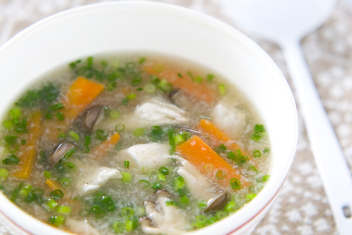 レンコンのすりおろしをたっぷりいただける、根菜スープです。レシピでは固形チキンスープの素となっていますが、コンソメでも代用できますよ。  ニンジンも体をあたためてくれる食材なので、たっぷりと。底冷えする寒さがしみる季節、ふうふうしながらいただきたいですね♪