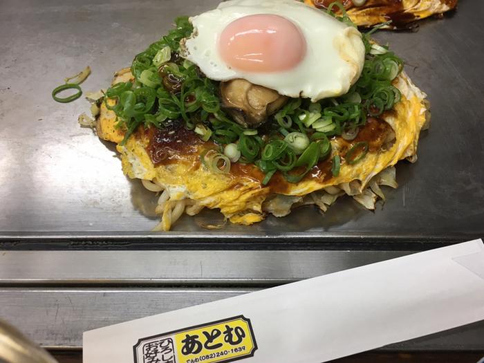 定番のぶた玉やいかえび玉、ねぎ焼はもちろんですが、このように、広島の牡蠣をトッピングしたお好み焼きも!  だいぶ前から計画した広島旅で訪れるなら、この贅沢は許されるのではないでしょうか* まさに完成度の高い焼き加減で、これぞ、広島風お好み焼き。油を使わず焼き上げているので、どちらかというと、こってりより、さっぱり。女性でもペロリと食べれちゃいますよ。  牡蠣のバター焼きなど、お酒に合う鉄板焼きメニューの充実ぶりも、あとむがダントツ人気♪ ぜひ訪れてみてくださいね。