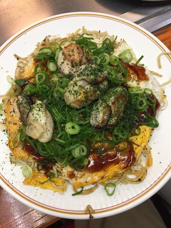 シャキシャキの長ねぎトロふわの牡蠣、モチモチとした麺のの食感が絶妙な、たけのこのお好み焼き。  大粒の牡蠣すれば、たまらなく贅沢な一皿の出来上がりです。ぜひ味わってみてください。