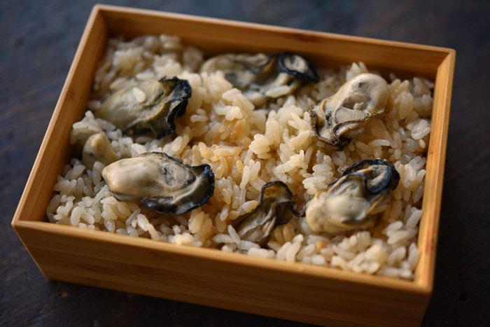 牡蠣の旨味をご飯にギュッと閉じ込めた「牡蠣の炊き込みご飯」。ポイントは最初にサッと牡蠣を煮ておき、その煮汁でご飯を炊き上げること。そして炊き上がったらお釜に牡蠣を戻し、少し一緒に蒸らすこと。噛めば噛むほど芳醇な牡蠣の旨味が口いっぱいに広がる牡蠣好きにはたまらない絶品レシピです。
