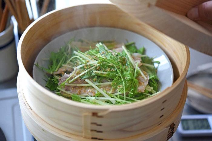 牡蠣ご飯のお供には、旬の水菜をたっぷり使った「水菜と豚肉の蒸し物」がオススメ。豚肉の優しい甘さとハリハリ食感の水菜がほっこり優しい気持ちにさせてくれますよ。