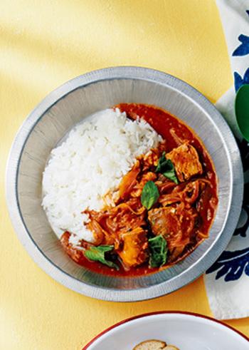 鯖の水煮缶とトマト缶で作る「鯖のトマトカレー」はすでに火が通っている缶詰を使うので手間もかからず時短で便利。そしてなんといっても鯖缶の汁ごと使うのでだしもしっかり効いています。簡単便利な一石二鳥のレシピです。
