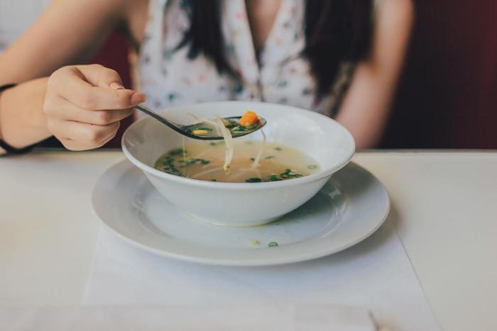 麺類やスープ類をすすって食べたり、ストローで飲み物を飲むときにズズーっと音を立てて飲んではいけません。マナーが悪いと白い目で見られますよ!