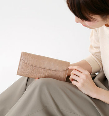 ひかえめな品の良さを高めてくれる、ベージュの財布。新しい年は、風水的にも嬉しいこといっぱいのベージュの財布で、大人の魅力をUPさせてみませんか?