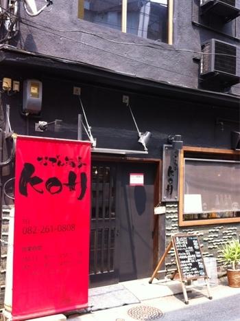 昔からエキニシに佇む古民家を、おしゃれにリノベーションをしたという『おでん酒家 KOH』。  お店があるのは、広島駅南口から高架下を過ぎてすぐの場所。店先に掛けられた、赤い暖簾が目を引きます。  お出汁が染み込んだ絶品のおでんと、色んな広島の銘酒の品揃えで人気なんですよ。
