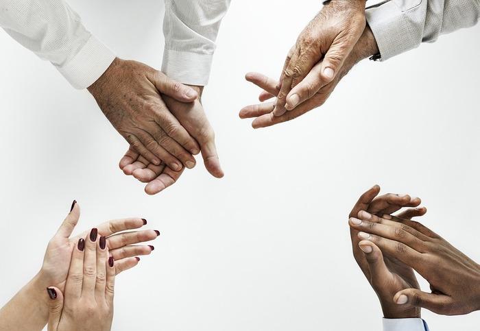 手のクセから本質が分かり、さらに適職を知ることができます。 よく手を叩いて拍手している方は、純粋で顔にでてしまうタイプ。適職は営業です。指をパチンと鳴らすのがクセの方は、負けず嫌いで、技術職などが最適です。爪を噛むのがクセの方は、ちょっと神経質ですが頭の回転が早いので、独創性が必要なお仕事が向いています。また、話をする際によく手を動かす方は、他人の話を聞くのがうまいので、ショップ店員のようなサービス業がおすすめです。今のお仕事と合っていたでしょうか。