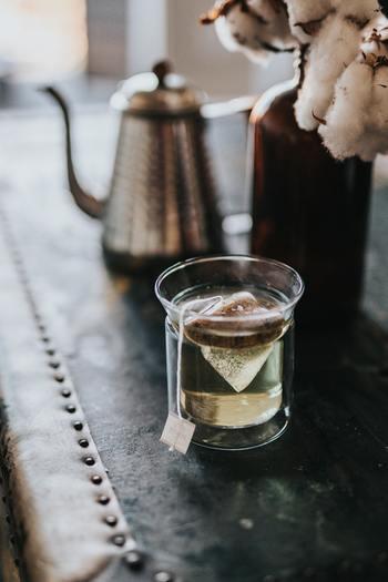量はコップ1杯で十分です。大切なことは飲むときに喉が渇いていなくても、意識して水分補給を心掛けることです。  もちろんこれらのタイミング以外にも運動の前後や何か飲みたいと思った時には水分補給しましょう。