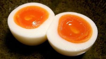 名物の「赤にぬき」です。 にぬきとは、関西で「ゆで卵」のことを言います。 鮮やかな色の黄身はしっとりとしていて、ぺろっと食べられます。