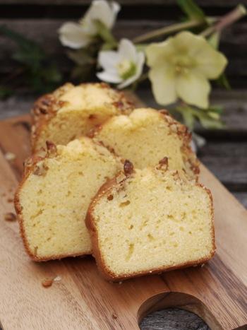 子供から大人まで笑顔になるふんわり美味しいパウンドケーキ。バターを泡立て器で空気を含ませながら白っぽくなるまで混ぜるのがふんわりと焼き上げるコツです。