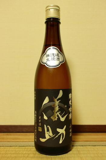 また、「原酒」は単なる「原酒」であれば火入れはしているけれどアルコール濃度の調整のための加水をしていない物、「生原酒」となっている場合は火入れも加水もしていない、発酵が終わった段階の日本酒である「もろみ」を絞った状態に近い物です。 これも12月頃から年明けにかけて楽しまれる事が多いフレッシュなお酒です。