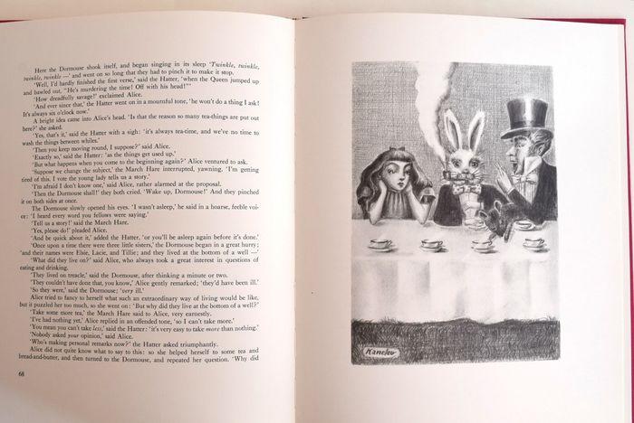 スコーンを味わいながら、アリスと一緒にマッド・ハッターと白兎のお茶会に参加している気分に浸ってみては。こちらの本は、書籍や雑誌の装幀画を数多く手がけた画家・金子國義が描いた美しい挿絵が不思議の国へと誘ってくれます。