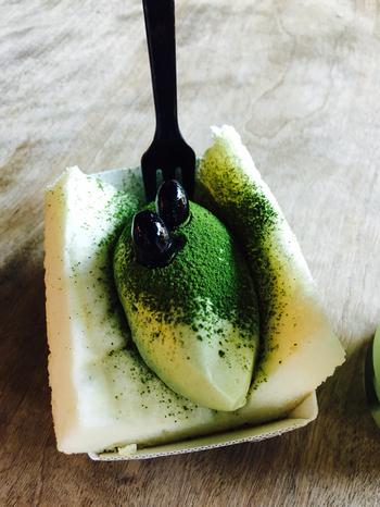 食べ歩きにぴったりの「アリンコサンド」。 四角に切ったふわふわのロールケーキの生地に生クリームをサンド。 京都ときたら、抹茶と黒豆のトッピングですね。