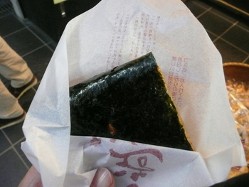 香ばしい醤油のおかきにパリッとした海苔を巻いたもの。 定番の海苔せんべいですが、焼きたての風味がいいですね。