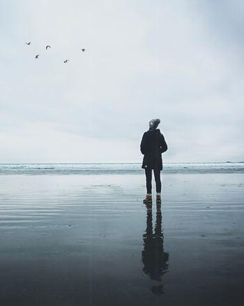 なりたい姿を追い求めたり、人と比べたりして、今の自分にNGを出していませんか。向上心をもつことは大切ですが、「自分はダメだ」と完全に否定してしまうのではなく、「この部分はできていないけれど、別の部分はできている」とOKを出しましょう。今の自分にフォーカスすることで、「自分の人生を生きる」ことに近づけます。