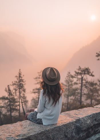 外側に見せている自分と、本当の自分とは異なるのが人間というものです。職場での自分、家庭での自分、友人といるときの自分、どれも少しずつキャラクターが違う、という経験があるでしょう。そのどれとも違う、本質となる自分をよく知ることが「自分の人生を生きる」ために必要です。