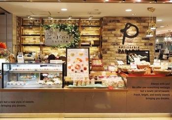 東京駅にある「花のババロア」は、エディブルフラワーを使ったババロアが大人気のお店です。