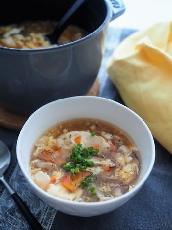 豆腐もたっぷり入った、食べごたえのある酸辣湯です。  こちらのレシピも出来上がってから好みの量の酢を加えて味わいを調整します。 もちろん、ラー油や花椒も最後。痺れ具合を調節できるので、たくさん作ってお皿によそってから、「どのくらいかける?」とみんなでワイワイしていただいても良さそう♪