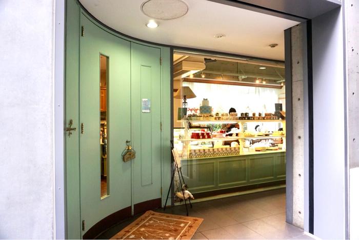 ウエディングケーキや記念日用のスイーツで有名な「アニバーサリー」は、表参道駅から徒歩6分の場所にある可愛い雰囲気のお店です。店内では、ウェディングケーキの見本なども見ることができます。
