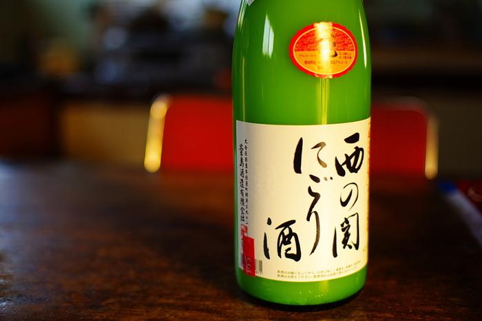 日本酒をもろみから絞る時、ざっとしぼっていわゆる澱(おり)が残った段階で出荷されるのが「にごり酒」です。甘くて濃厚ですが、酵母が生きたまま入っているのでピチピチと爽やかに発泡している物が多くあります。澱が均一の状態で飲んだり、分離した上澄みと濃厚な澱の部分で二度楽しむ事もできます。
