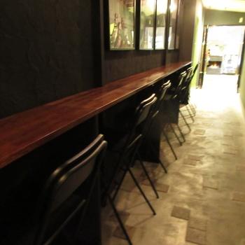 京都らしい「うなぎの寝床」の細長い店内にはイートインスペースもあり、コーヒーを飲みながらケーキをいただくことができます。