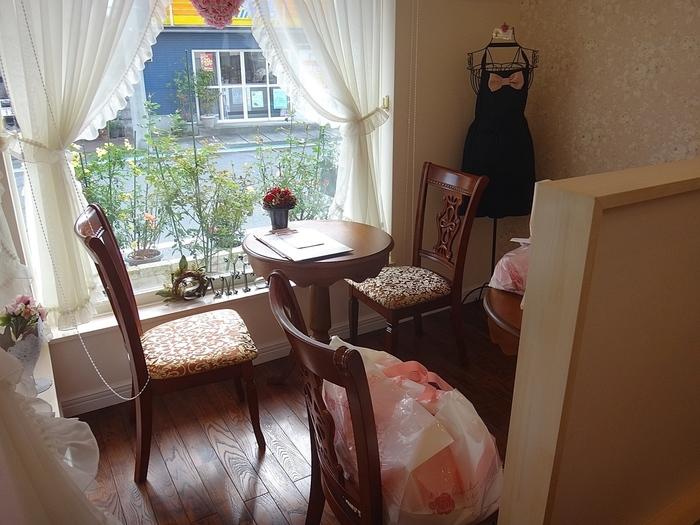 静岡県富士市にある「ランジェラ」はバラのマドレーヌのお店。バラは、お店のある富士市の市民の花に制定されているそうです。お店の装飾も可愛らしく、こだわりが詰まっています。