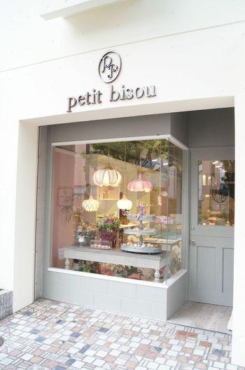 兵庫県芦屋市にある「プティビズ」。店名はフランス語で「ほっぺにキスのあいさつ」という意味だそうです。人気のカップケーキや焼き菓子は、淡い色合いで乙女心をくすぐります。