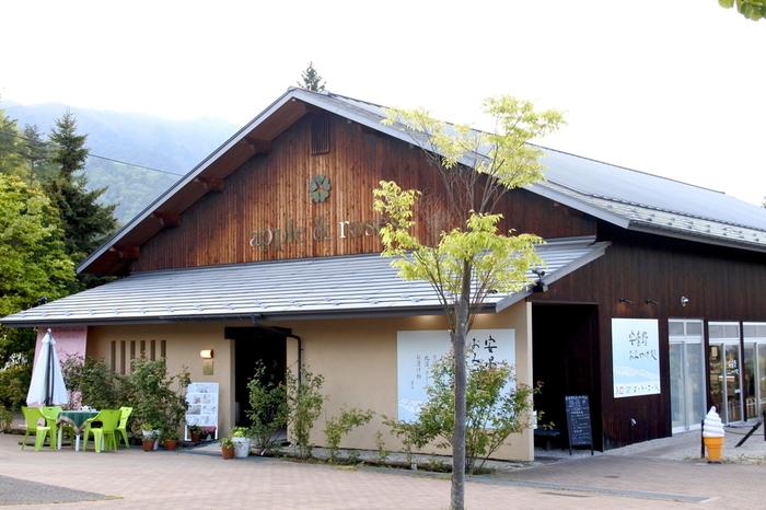長野県安曇野市の「アップルアンドローゼス」は、長野県産のリンゴを使ったお菓子のお店。気持ちの良い環境で地元の美味しいリンゴのスイーツをいただけるなんて、とても贅沢ですよね。