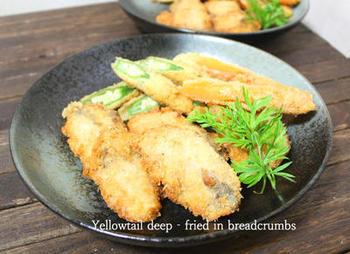 小麦粉・卵・水で作ったバッタ液とパン粉を合わせた揚げ衣で、さっくりと仕上げるぶり(鰤)かつレシピです。 お肉に飽きた時にもボリュームもあっておすすめ。