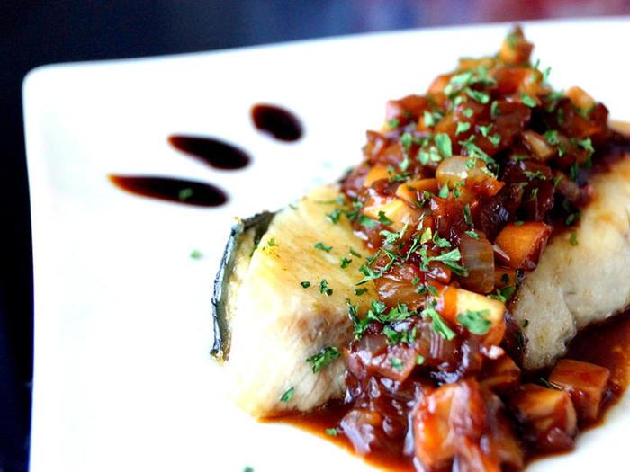 粗みじん切りにした玉ねぎとエリンギを炒め、バルサミコソースを加え一煮立ちさせたソースを作り、ソテーしたぶりにかけるだけのお手軽・洋風アレンジ。レストランのような華やかな一品。